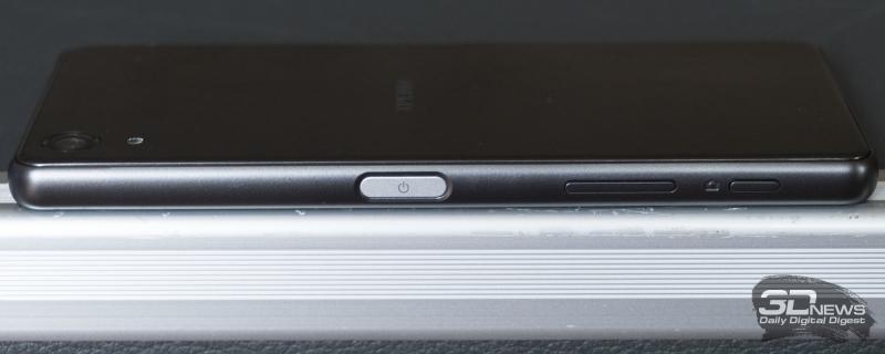 Правая грань Sony Xperia X Performance: кнопка питания со встроенным дактилоскопическим сенсором, качелька регулировки громкости, кнопка запуска камеры и спуска затвора
