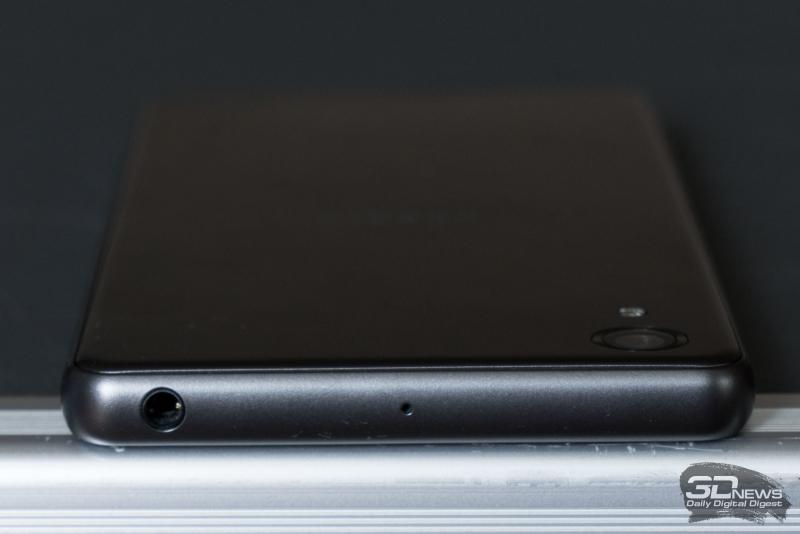 Верхний торец Sony Xperia X Performance: разъем для наушников/гарнитуры и второй микрофон