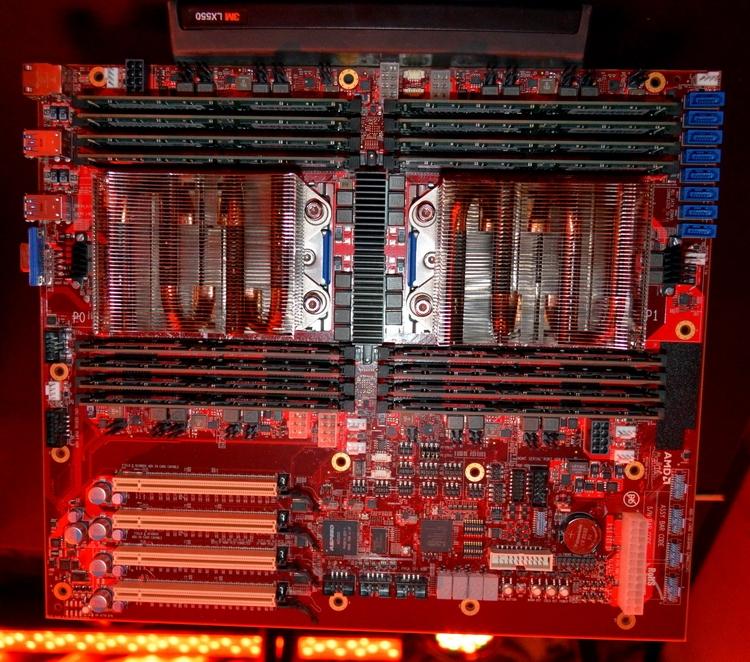Образец системной платы AMD с двумя 32-ядерными чипами Naples