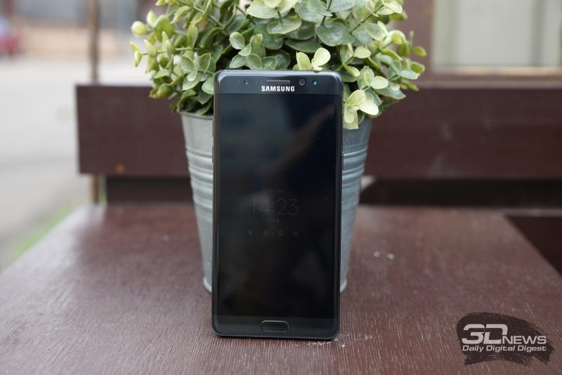 Samsung Galaxy Note 7, лицевая панель. Над экраном: разговорный динамик, фронтальная камера, датчики освещения и приближения, инфракрасная камера распознавания радужки, а также индикатор состояния. Под экраном: кнопка Домой со сканером отпечатка и сенсорные клавиши Назад и вызова списка открытых приложений