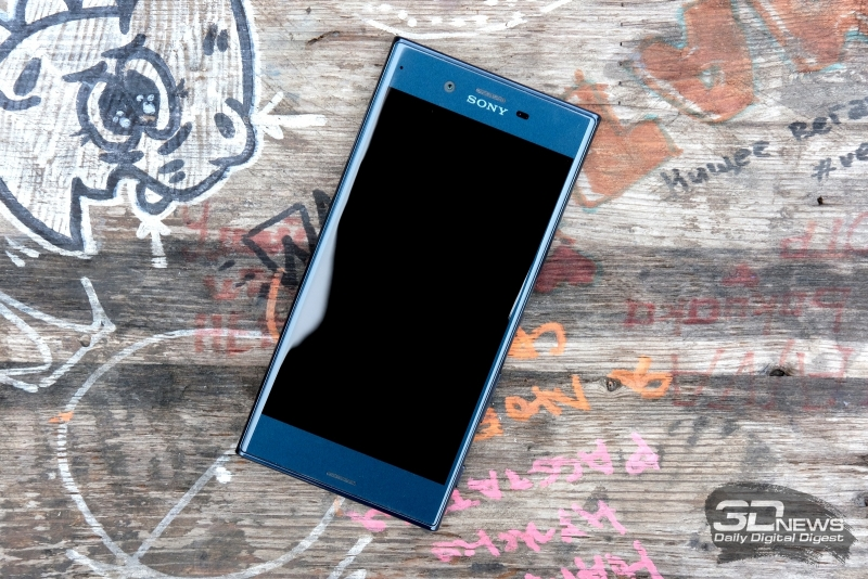 Sony Xperia XZ, лицевая панель: помимо экрана тут два динамика (разговорный и основной), фронтальная камера, датчик освещения и индикатор состояния (в левом верхнем углу)