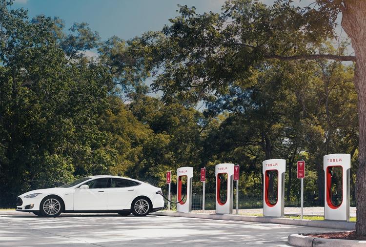 Использование станций Supercharger для владельцев электрокаров Tesla станет платным