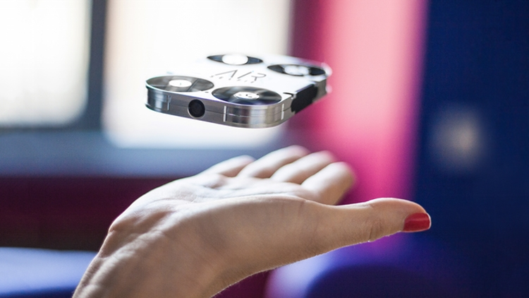 Мини-квадрокоптер AirSelfie поможет снять автопортрет