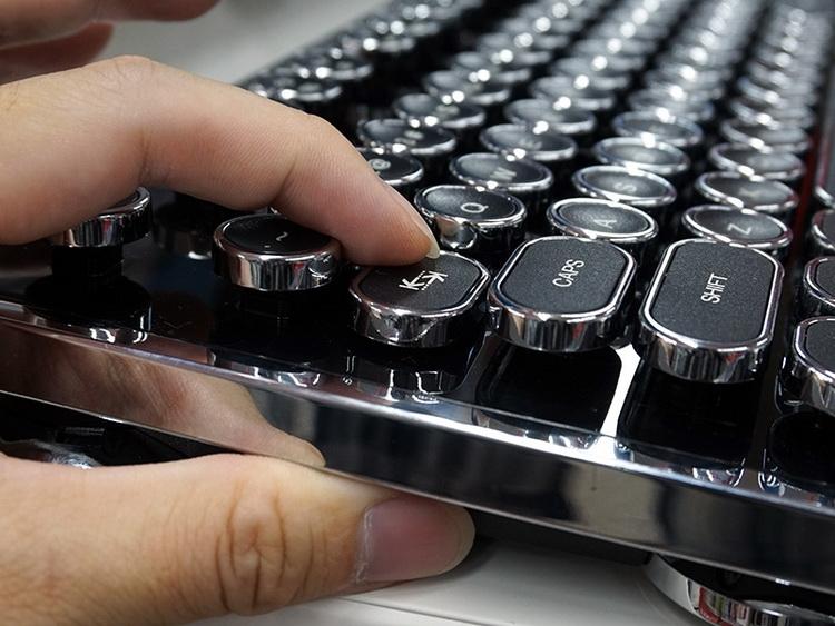 Клавиатура, стилизованная под старинную пишущую машинку, выпускается массово