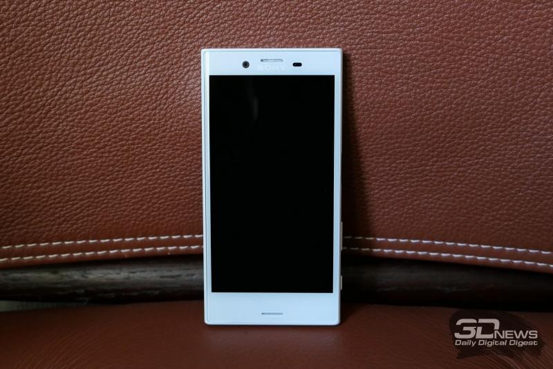 Sony Xperia X Compact, лицевая панель: и над экраном, и под экраном – стереодинамики, верхний из них активен в разговорном режиме; также сверху – объектив фронтальной камеры и датчик освещенности