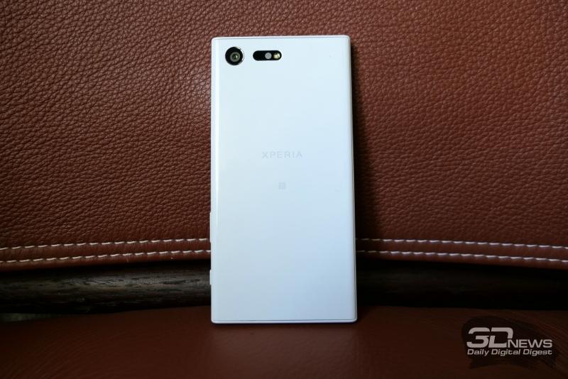 Sony Xperia X Compact, тыльная панель: в левом верхнем углу – объектив камеры, одинарная светодиодная вспышка, инфракрасный датчик и лазер подсветки контрастной фокусировки