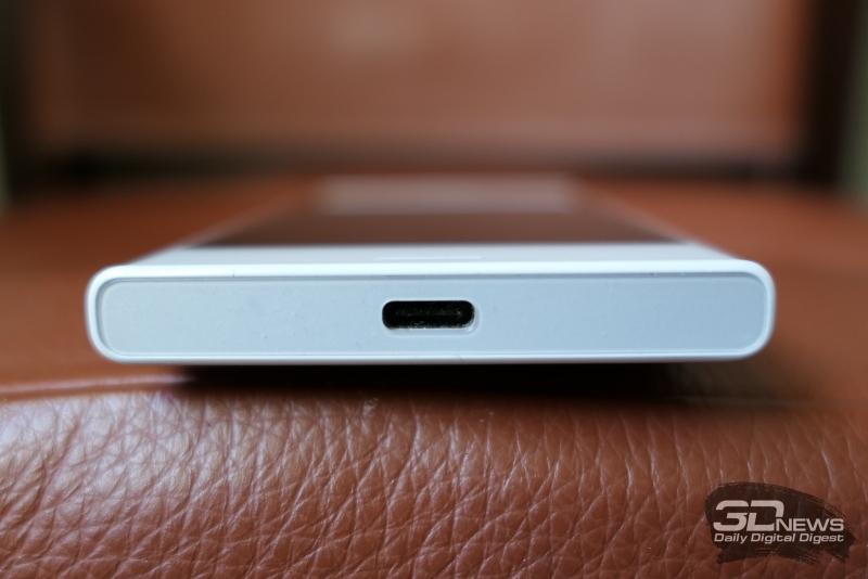 Sony Xperia X Compact, нижняя грань: разъем USB Type-C