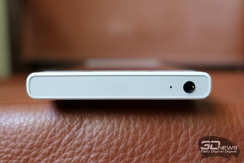Sony Xperia X Compact, верхняя грань: миниджек для наушников/гарнитуры и микрофон