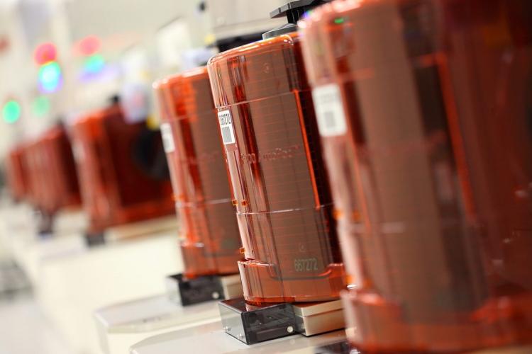 Микросхемы NAND флеш-памяти в чистой комнате фабрики IMFT