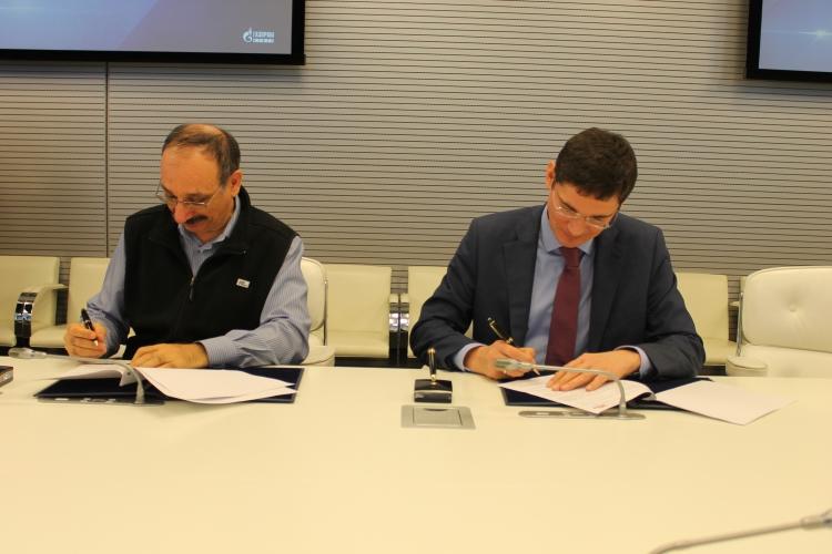 На фото (слева направо): директор «1С» Борис Нуралиев и начальник департамента информационных технологий, автоматизации и телекоммуникаций «Газпром нефти» Константин Кравченко
