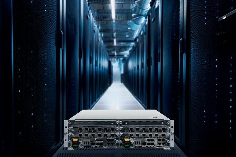 Системный модуль Nokia AirScale и центр обработки данных Nokia AirFrame на фоне