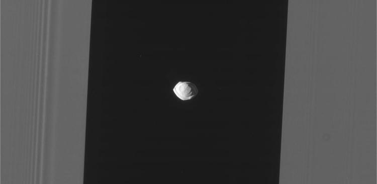 фото причудливая форма небольшого спутника сатурна