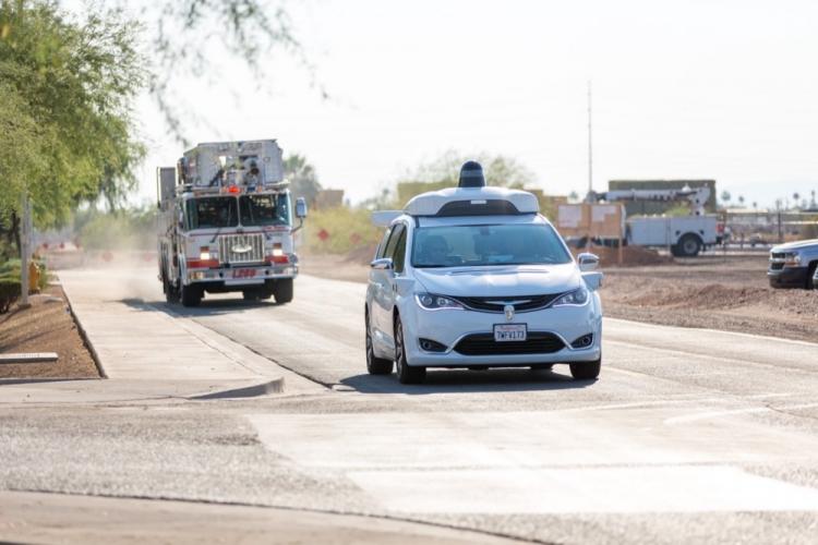 Waymo учит робомобили уступать дорогу машинам скорой помощи
