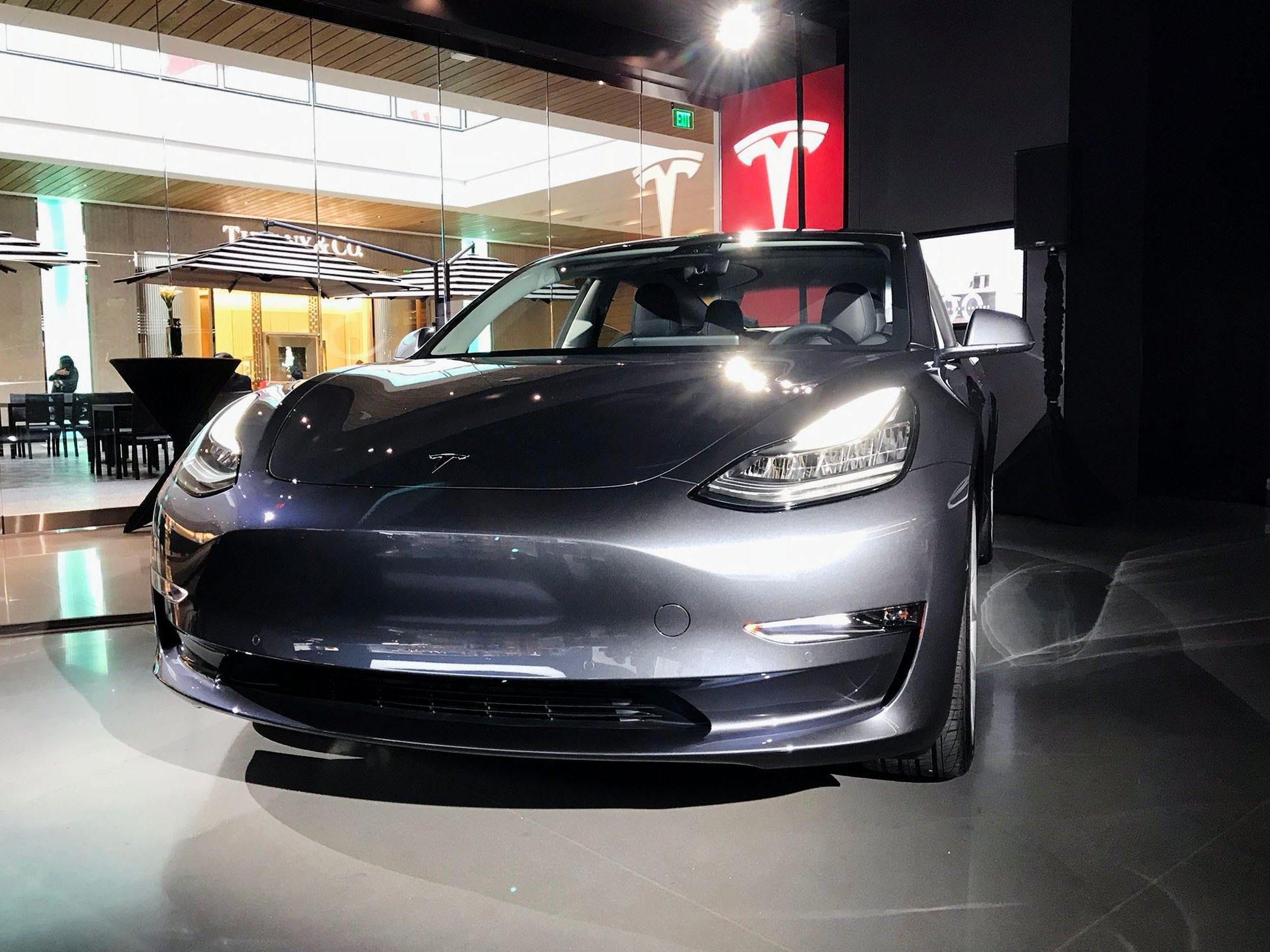 Серийные электромобили Tesla Model 3 впервые появились в магазинах
