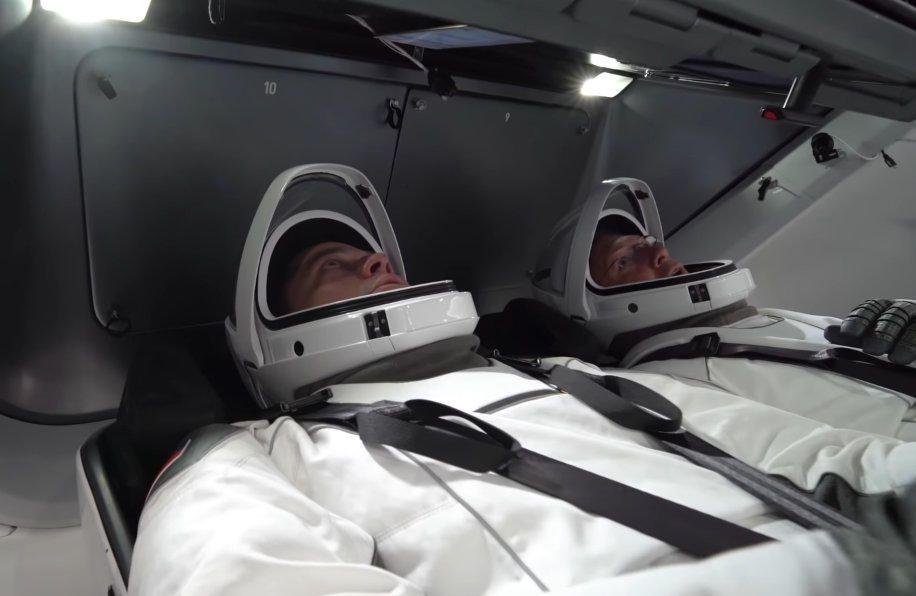 Видео: астронавты NASA тестируют космические скафандры SpaceX в капсуле Crew Dragon