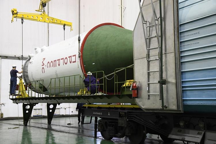 Грузовой корабль «Прогресс МС-13» вывезен на старт