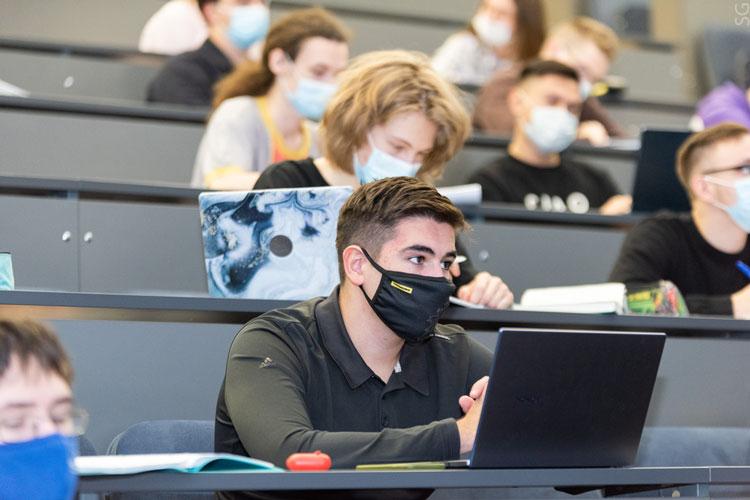 Ассоциация российских университетов подчёркивает, что дистанционное обучение — это очная форма образования, и оно обходится дороже