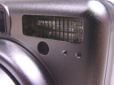 """Вспышка фотоаппарата находится на достаточном удалении от объектива, что снижает шанс появления  """"красных глаз """"."""