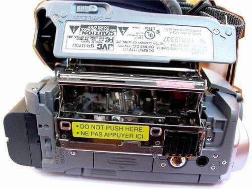 В JVC D70U она загружается